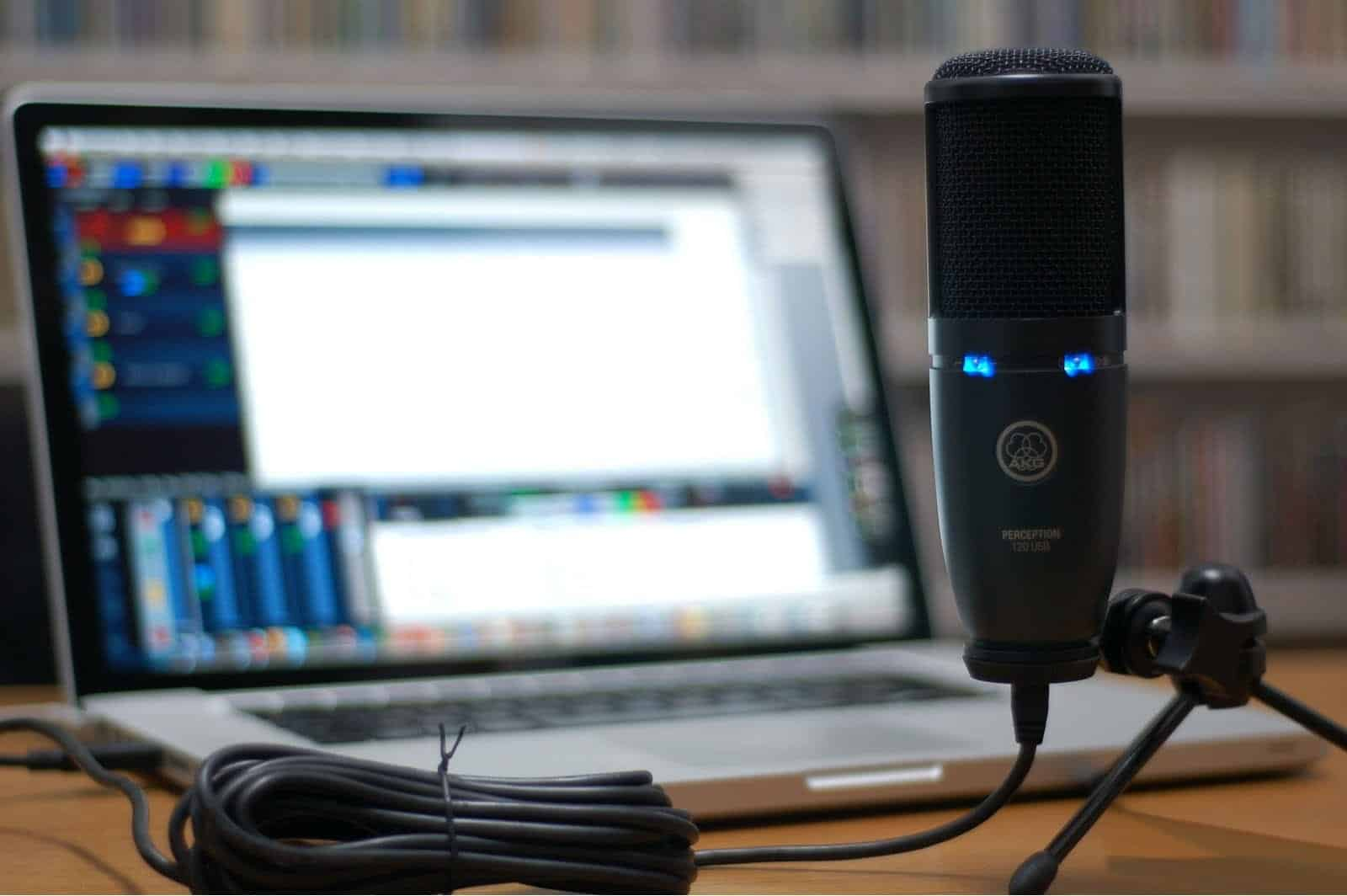 Can you hook up a microphone to a macbook pro
